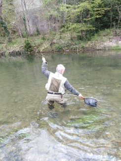 A l'épuisette, guide de pêche Aveyron.