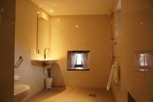 la salle d'eau de la chambre pour personne à mobilité réduite