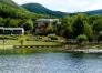Vue du lac sur village de vacance